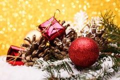 La composición de la Navidad del árbol de navidad juega en un fondo del oro Imágenes de archivo libres de regalías