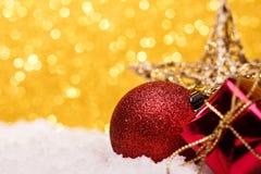 La composición de la Navidad del árbol de navidad juega en un fondo del oro Imagen de archivo