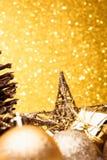 La composición de la Navidad del árbol de navidad juega en un fondo del oro Foto de archivo