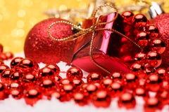La composición de la Navidad del árbol de navidad juega en un fondo del oro Fotografía de archivo