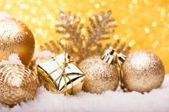 La composición de la Navidad del árbol de navidad juega en un fondo del oro Fotos de archivo