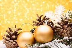 La composición de la Navidad del árbol de navidad juega en un fondo del oro Imagenes de archivo