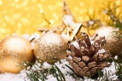 La composición de la Navidad del árbol de navidad juega en un fondo del oro Fotografía de archivo libre de regalías