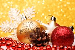 La composición de la Navidad del árbol de navidad juega en un fondo del oro Foto de archivo libre de regalías