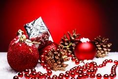 La composición de la Navidad del árbol de navidad juega en un fondo rojo Fotografía de archivo