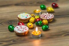 La composición de Pascua con el pollo Eggs en el fondo de madera caliente Imagen de archivo libre de regalías