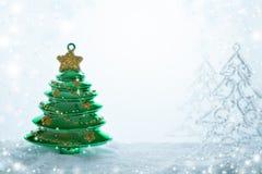 La composición de tres árboles de navidad de los juguetes de la Navidad se está colocando en nieve, nieve que cae y espacio de la Imágenes de archivo libres de regalías