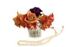 La composición de tres secó rosas y la cadena de perlas Foto de archivo libre de regalías