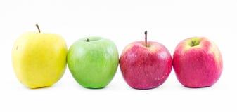 La composición de tres tipos de manzanas se alineó uno al lado del otro en un fondo blanco - verde, amarillo y rojo - todavía vid Foto de archivo libre de regalías
