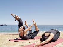 La composición de varios yoga del bikram presenta en la playa imágenes de archivo libres de regalías