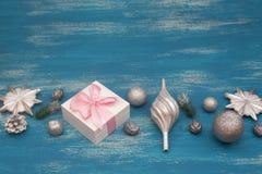 La composición decorativa del fondo de la Navidad con la Navidad juega los regalos en un fondo azul del vintage Imagen de archivo libre de regalías