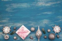 La composición decorativa del fondo de la Navidad con la Navidad juega los regalos en un fondo azul del vintage Fotos de archivo
