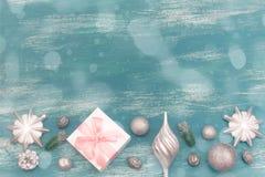La composición decorativa del fondo de la Navidad con la Navidad juega los regalos en un fondo azul del vintage Fotos de archivo libres de regalías