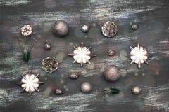La composición decorativa del fondo de la Navidad con la Navidad juega los regalos en un fondo gris del vintage Fotos de archivo libres de regalías