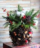 La composición del Año Nuevo del abeto ramifica, los conos, bolas de la Navidad, el Dr. Foto de archivo