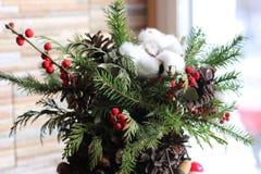 La composición del Año Nuevo del abeto ramifica, los conos, bolas de la Navidad, el Dr. Fotografía de archivo libre de regalías