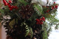 La composición del Año Nuevo del abeto ramifica, los conos, bolas de la Navidad, el Dr. Fotografía de archivo