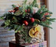 La composición del Año Nuevo del abeto ramifica, los conos, bolas de la Navidad, el Dr. Imagenes de archivo