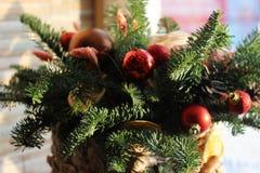 La composición del Año Nuevo del abeto ramifica, los conos, bolas de la Navidad, el Dr. Imagen de archivo libre de regalías