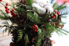 La composición del Año Nuevo del abeto ramifica, los conos, bolas de la Navidad, el Dr. Foto de archivo libre de regalías