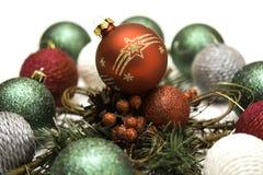 La composición del Año Nuevo con la bola roja y el abeto ramifican imagen de archivo libre de regalías