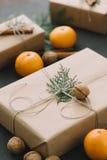 La composición del Año Nuevo de la Navidad con las mandarinas encajona verdes de los conos del pino en la decoración negra del dí Fotos de archivo