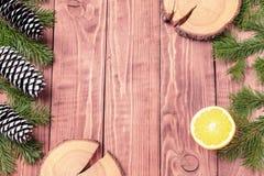 La composición del Año Nuevo de la Navidad con las mandarinas, los conos, las nueces, la cesta de mimbre y el abeto ramifica en e Foto de archivo