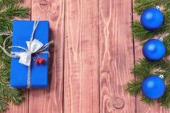 La composición del Año Nuevo de la Navidad con las mandarinas, los conos, las nueces, la cesta de mimbre y el abeto ramifica en e Fotos de archivo libres de regalías