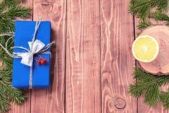 La composición del Año Nuevo de la Navidad con las mandarinas, los conos, las nueces, la cesta de mimbre y el abeto ramifica en e Fotos de archivo
