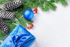 La composición del Año Nuevo de la Navidad con las mandarinas, los conos, las nueces, la cesta de mimbre y el abeto ramifica en e Imagenes de archivo