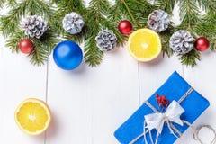 La composición del Año Nuevo de la Navidad con las mandarinas, los conos, las nueces, la cesta de mimbre y el abeto ramifica en e Imagen de archivo libre de regalías