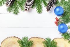 La composición del Año Nuevo de la Navidad con las mandarinas, los conos, las nueces, la cesta de mimbre y el abeto ramifica en e Foto de archivo libre de regalías