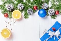 La composición del Año Nuevo de la Navidad con las mandarinas, los conos, las nueces, la cesta de mimbre y el abeto ramifica en e Fotografía de archivo