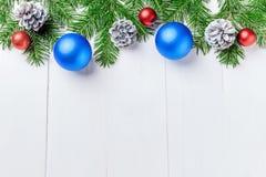 La composición del Año Nuevo de la Navidad con las mandarinas, los conos, las nueces, la cesta de mimbre y el abeto ramifica en e Imágenes de archivo libres de regalías