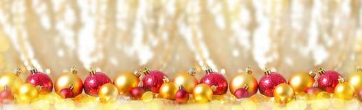 La composición del Año Nuevo de la Navidad con las bolas rojas del oro rema la línea bandera larga del concepto del juguete de la Imágenes de archivo libres de regalías