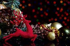 La composición del Año Nuevo de la Navidad con los conos de abeto de las bolas de los ciervos ennegrece B Imágenes de archivo libres de regalías
