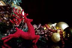 La composición del Año Nuevo de la Navidad con los conos de abeto de las bolas de los ciervos ennegrece B Foto de archivo
