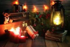 La composición del Año Nuevo de ramas de árboles de navidad adornó los wi Imagen de archivo libre de regalías
