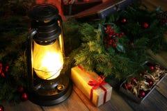 La composición del Año Nuevo de ramas de árboles de navidad adornó los wi Imagen de archivo