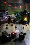 La composición del Año Nuevo de ramas de árboles de navidad adornó los wi Fotos de archivo libres de regalías