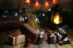 La composición del Año Nuevo de ramas de árboles de navidad adornó los wi Fotos de archivo