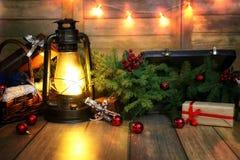La composición del Año Nuevo de ramas de árboles de navidad adornó los wi Foto de archivo libre de regalías