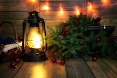 La composición del Año Nuevo de ramas de árboles de navidad adornó los wi Fotografía de archivo libre de regalías