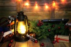 La composición del Año Nuevo de ramas de árboles de navidad adornó los wi Imágenes de archivo libres de regalías
