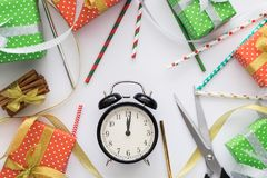 La composición del día de fiesta de la Navidad y del Año Nuevo con las cajas de regalo registra, las tijeras, canela, cintas, tub Fotografía de archivo