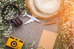 La composición del objeto del viaje del verano de la cámara del juguete del auricular florece foto de archivo libre de regalías