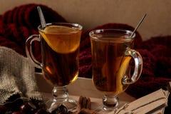 La composición del otoño con amarillo caliente del té se va y reserva en una tabla de madera fotografía de archivo