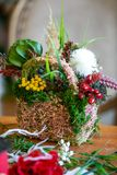 La composición hermosa de flores está en la tabla foto de archivo libre de regalías
