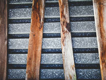 La composición hecha de las hojas de un metal viejas del tejado y del tablero curvado Foto de archivo libre de regalías