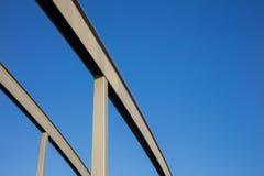 La composition abstraite avec du fer rayonne à l'arrière-plan de ciel bleu Photos libres de droits